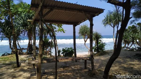 Deburan ombak yang memecah karang, menghanyutkan suasana syahdu disela aroma wangi hembusan angin. Yup....pantai ini berbau harum. Jangan salah paham dengan namanya Gondo Mayit ya.
