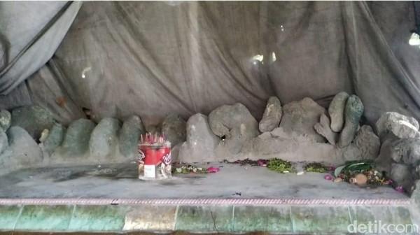 Pengelola pantai, Bagyo mengatakan, nama gondo mayit ini dimunculkan karena lokasi ini memang baunya harum kembang dan dupa yang biasanya diletakkan di sisi jenazah atau makam.