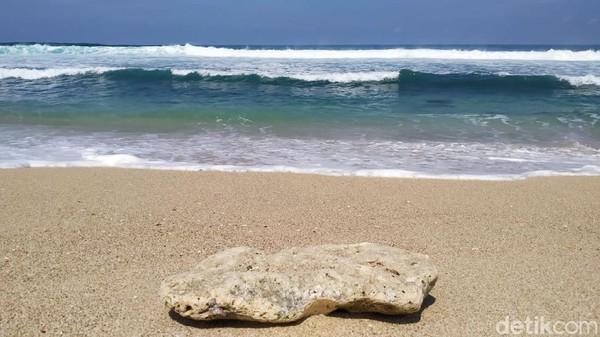 Di Blitar ada satu destinasi wisata mistis yang terkenal. Namanya Pantai Pasetran Gondo Mayit.