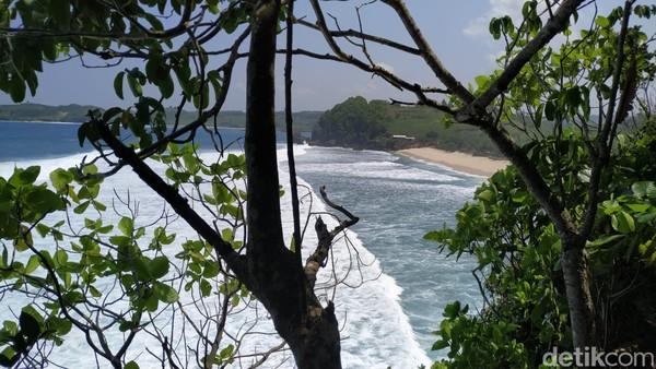 Dari paseban, kita bisa melihat deburan ombak yang memecah di bibir pantai berpasir putih. (Erliana Riady/detikcom)