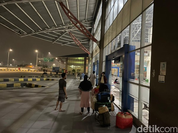 Tak hanya itu, tak terlihat petugas Terminal Terpadu Pulo Gebang di waktu tersebut.(Masaul/detikcom)