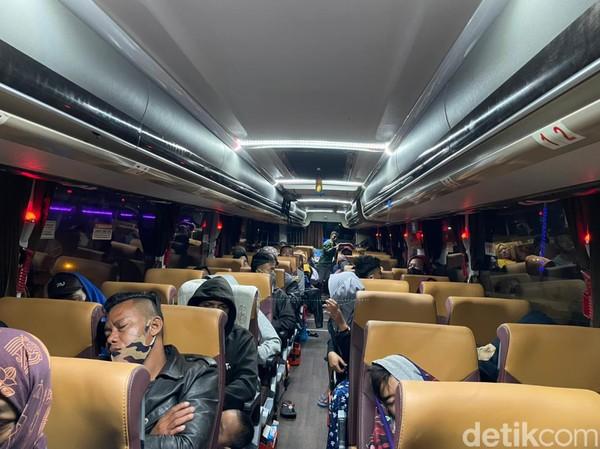 Penumpang bus dari Jakarta menuju Terminal Mangkang, Semarang. (Masaul/detikcom)