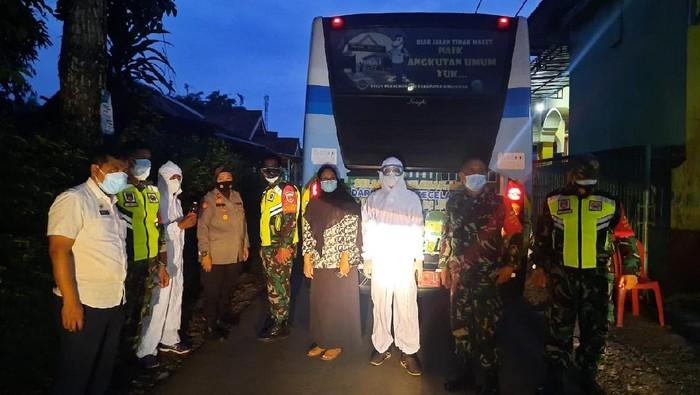 Pemkab Banyumas evakuasi warga klaster tarawih ke tempat karantina, Jumat (30/4/2021).