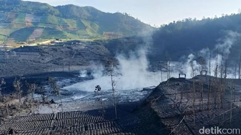 Kawah Sileri di dataran tinggi Dieng kembali erupsi, Kamis (29/4) malam. Lahan pertanian rusak akibat erupsi tersebut.