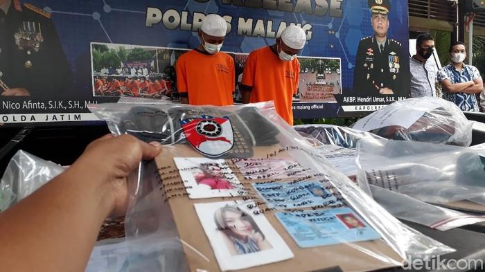 Mayat wanita tertutup tikar ditemukan dalam kebun tebu di Malang. Polisi sudah menetapkan dua tersangka atas meninggalkanya korban.
