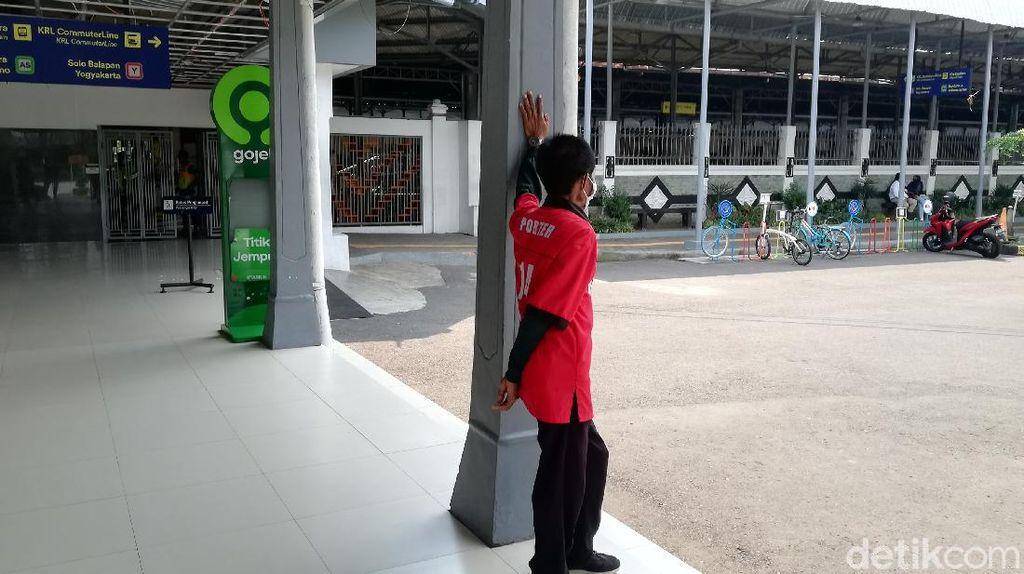 Nelangsa Para Porter di Stasiun Balapan Solo di Tengah Larangan Mudik