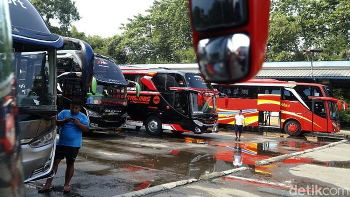 Pemerintah resmi melarang mudik Lebaran mulai 6-17 Mei 2021 dengan masa pengetatan 22 April-5 Mei dan 18-24 Mei. Hal ini membuat para sopir bus tak memiliki penghasilan. Sepertt terlihat di Terminal Cileungsi, Kabupaten Bogor.