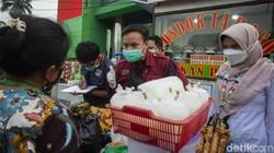 Petugas puskesmas Kecamatan Gambir melakukan uji kandungan makanan takjil di kawasan Harmoni, Jakarta Pusat, Jumat (30/4/2021).