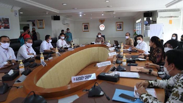 Rapat pelaporan draf peta jalan, strategi, dan rancang induk persiapan pencalonan Indonesia sebagai tuan rumah Olimpiade 2032 di kantor Kemenpora.