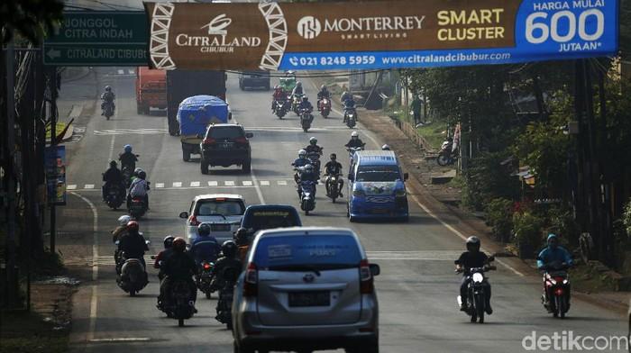Cibarusah, Kabupaten Bekasi merupakan salah satu titik yang disekat Polda Metro Jaya selama larangan mudik 2021. Begini kondisi terkini arus lalu lintas di Jalan Cibarusah Raya.