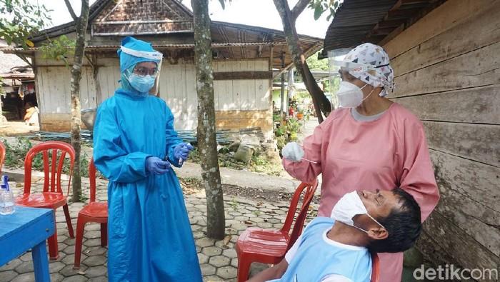 Swab PCR kepada warga di desa tempat klaster salat tarawih di Banyumas