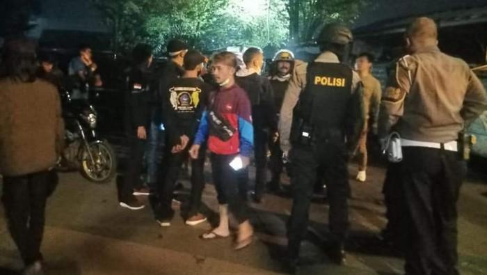 ua kelompok Ormas dan Geng Motor terlibat bentrokan karena dipicu piutang
