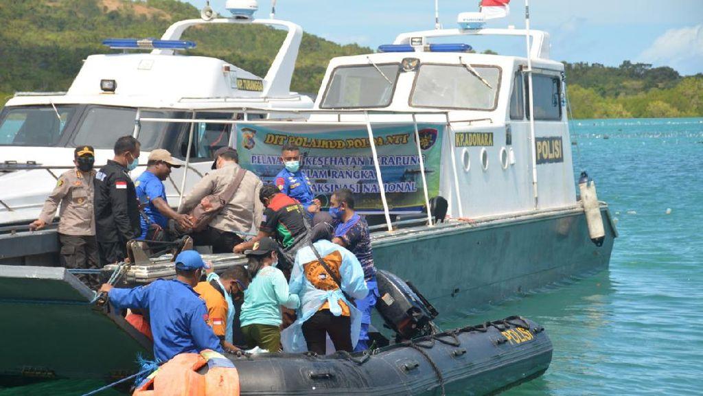 Warga Pesisir-Pulau Terpencil di NTT Divaksin COVID-19 di Atas Kapal