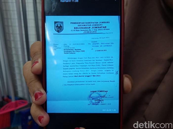 Surat yang dibuat Lurah Jombatan, Kecamatan/Kabupaten Jombang viral di medsos. Pasalnya, surat yang ditujukan ke para pengusaha toko dan rumah makan itu berisi permintaan tunjangan hari raya (THR), berupa parsel Lebaran untuk 16 pegawai kelurahan.