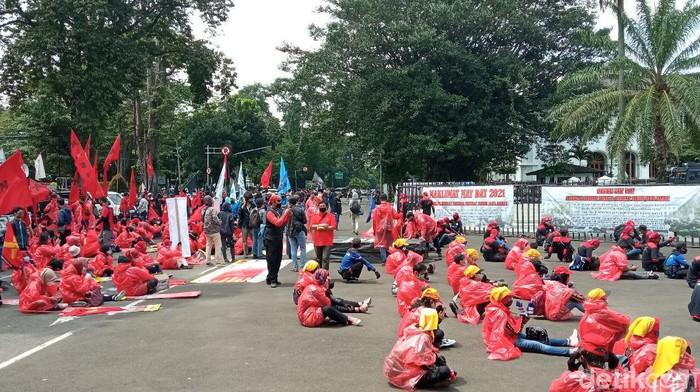 Aksi buruh pakai APD di gedung sate