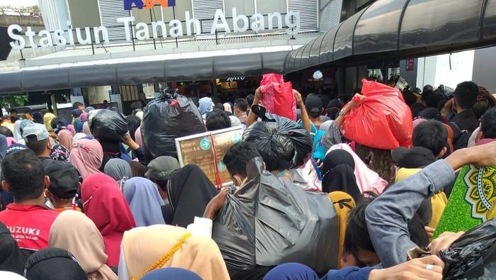 Antrean calon penumpang KRL di Stasiun Tanah Abang siang tadi