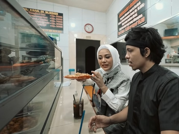 Atta Halilintar dan Aurel Hermansyah Borong Warteg