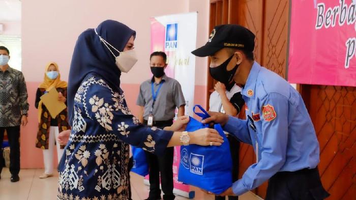 Persaudaraan Istri Anggota (PIA) Fraksi PAN DPR RI menggelar bakti sosial berbagi 1000 paket sembako di lingkungan DPR RI