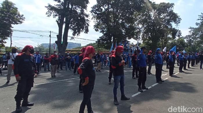 Buruh di Bandung aksi may day di Gedung Sate