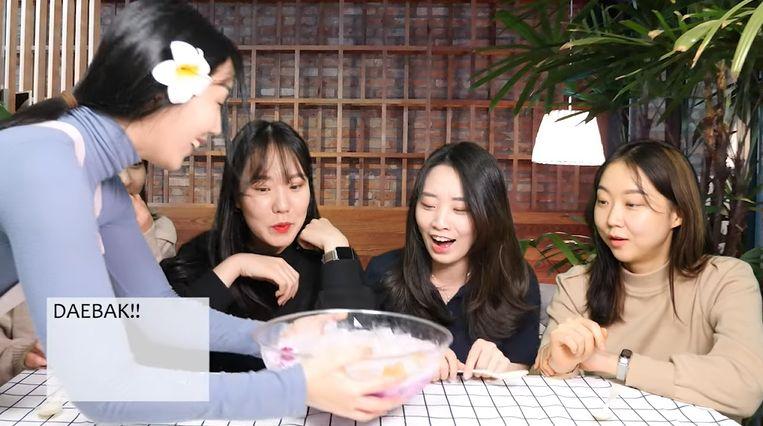 cewek korea cobain es buah