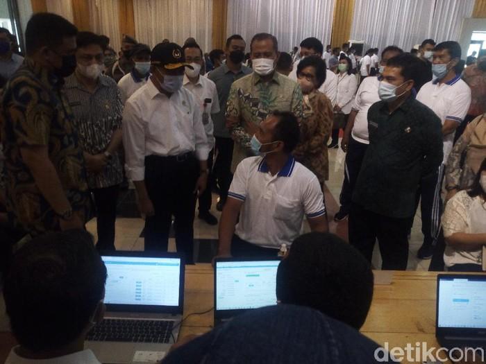Didampingi Bobby Nasution, Menko PMK Muhadjir Effendy, meninjau vaksinasi COVID-19 bagi buruh di Medan (Datuk Haris/detikcom)