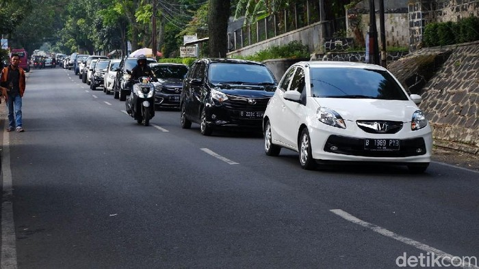 Akhir pekan di bulan Ramadhan menjelang lebaran membuat kondisi lalu lintas di Bandung cukup ramai. Terlebih di kawasan Ledeng, Kota Bandung yang berbatasan dengan kawasan wisata Lembang, Kabupaten Bandung Barat.