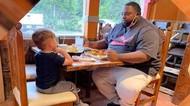 Haru! Anak Ini Temani Pria yang Makan Sendirian di Restoran