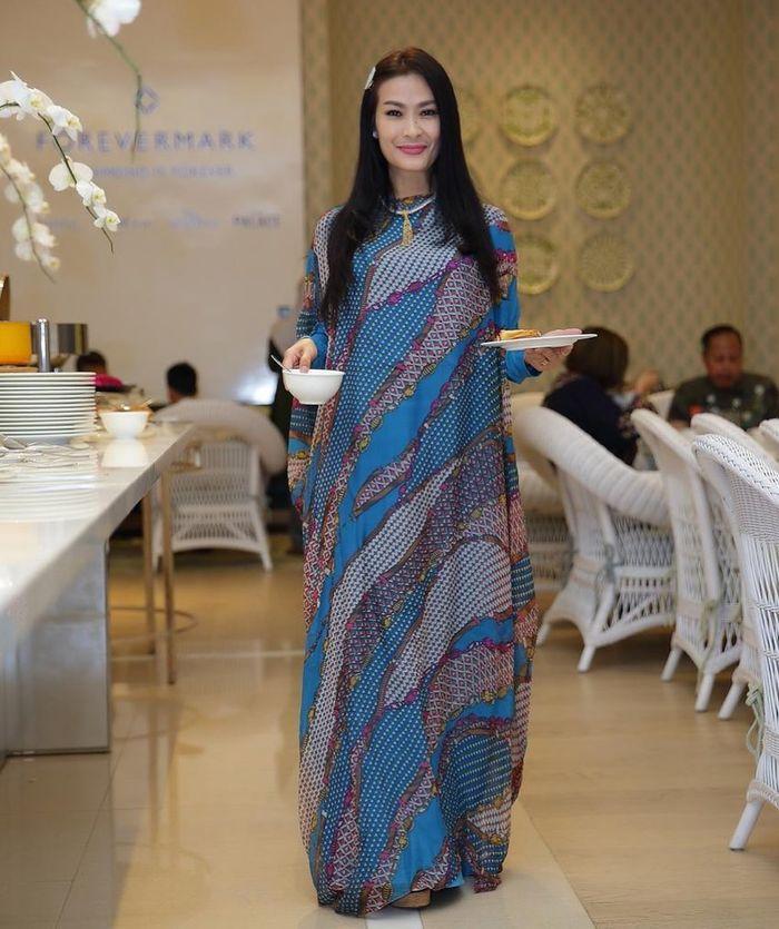 Gaya Iis Dahlia saat Nongkrong di Kafe Bareng Salsha dan Devano