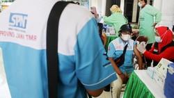Dinkes memperingati May Day 2021 dengan menggelar vaksinasi COVID-19 kepada buruh. Vaksinasi berlangsung di Pendopo Sidoarjo, Jatim dan halaman DPRD Sumsel.