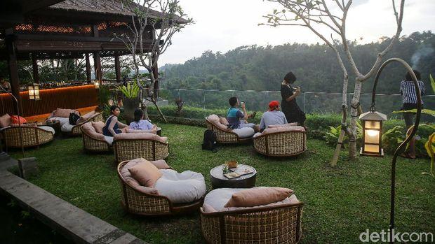 Kalau mau menikmati pemandangan sunset cantik di Ubud, Ambar di Mandapa Reserve bisa jadi pilihan. Tersedia ragam cocktail dan tapas khas Meksiko dan Peru di sini.