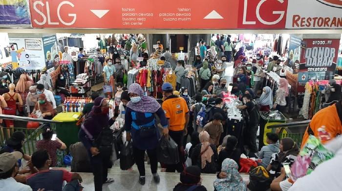 Pasar Tanah Abang ramai dikunjungi pengunjung, Sabtu (1/5/2021) siang