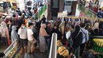 Potret Pengunjung Pasar Tanah Abang Berdesakan Tak Berjarak