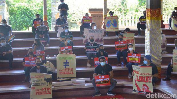 Peringati Hari Buruh atau May Day 2021, buruh di Bali geruduk kantor DPRD Bali untuk menyampaikan aspirasi (Sui Suadnyana/detikcom)