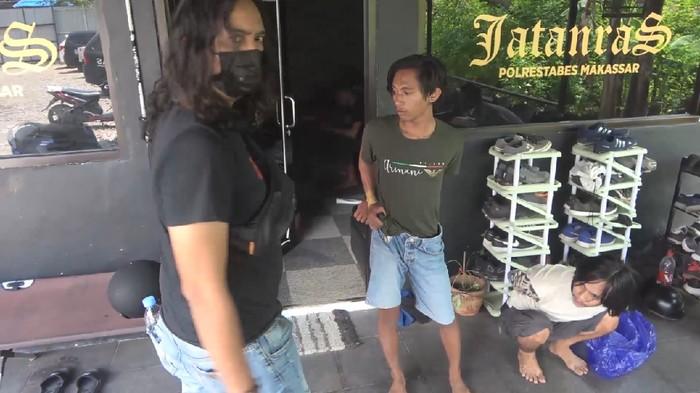 Tim Jatanras Polrestabes Makassar menangkap seorang pengendara ojek online (ojol) yang membegal penumpangnya berjenis kelamin wanita.