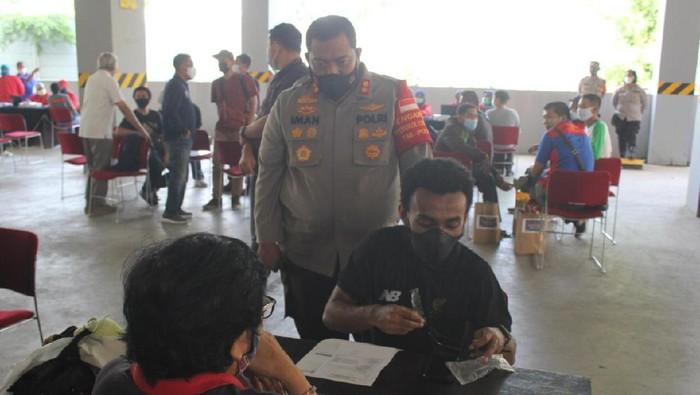 Ratusan mahasiswa terima vaksin massal di Polres Tangerang Selatan Sabtu (1/5/2021). Foto dikirim Kasat Reskrim Polres Tangsel AKP Angga Surta Putra.