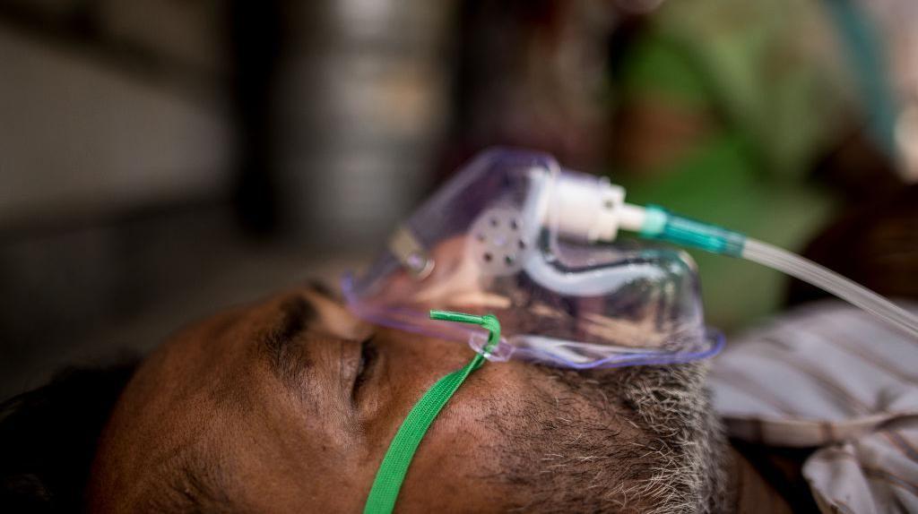 Dipercaya Beri Oksigen Ekstra, Pasien COVID-19 India Dirawat di Bawah Pohon