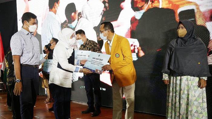 Direktur Utama BPJAMSOSTEK Anggoro Eko Cahyo didampingi Menteri Ketenagakerjaan RI Ida Fauziyah menyerahkan bantuan sembako kepada perwakilan serikat pekerja di Balai Besar Pengembangan Latihan Kerja (BBPLK) Kemnaker di Bekasi, Jawa Barat, Sabtu (1/5/2021). Sebanyak 18.000 paket bantuan sembako diberikan BP Jamsostek kepada buruh pada acara perayaan Hari Buruh Internasional tahun 2021. Istimewa/BPJAMSOSTEK