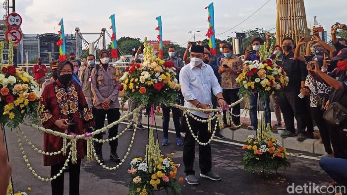 Impian Menteri Sosial Tri Rismaharini untuk meresmikan Jembatan Sawunggaling dan Terminal Antarmoda Joyoboyo Surabaya akhirnya kesampaian juga. Hari ini, mantan Wali Kota Surabaya tersebut meresmikan fasilitas publik yang dibangun saat dia menjabat dulu.