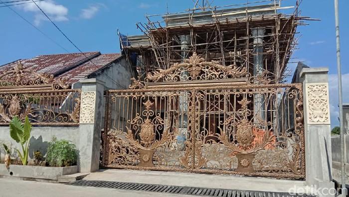 Rumah mewah yang baru dibangun milik tersangka kasus tes antigen bekas di Kualanamu berinisial PM (Prima Syahbana/detikcom)