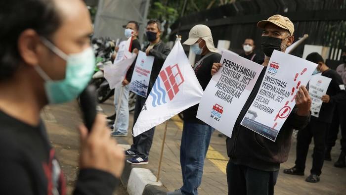 Massa dari Serikat Pekerja Jakarta International Container Terminal (JICT) berunjuk rasa di depan Gedung Kejaksaan Agung, Jakarta, Jumat (30/4/2021). Dalam aksinya, mereka mendukung upaya Kejagung mengusut tuntas kasus dugaan tindak pidana korupsi terkait perpanjangan kontrak pelabuhan petikemas nasional JICT jilid II (2019-2039).