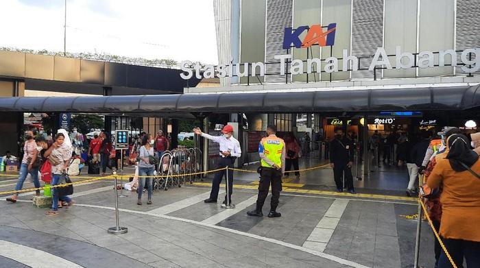 Situasi Stasiun Tanah Abang usai antrean calon penumpang membludak siang tadi