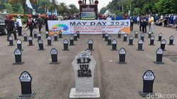 May Day 2021, Massa Buruh Bawa Nisan Bertulis RIP UU Cipta Kerja