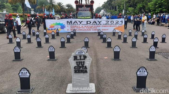 Suasana peringatan Hari Buruh atau May Day 2021 di sekitar Patung Kuda pintu Monas (Yogi Ernes/detikcom)