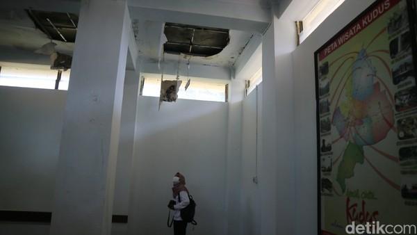 Selanjutnya naik di ruang lantai dua terdapat galeri foto sejumlah tempat wisata di Kudus. Sayang ruangan tersebut atapnya ada yang ambrol dan belum diperbaiki.