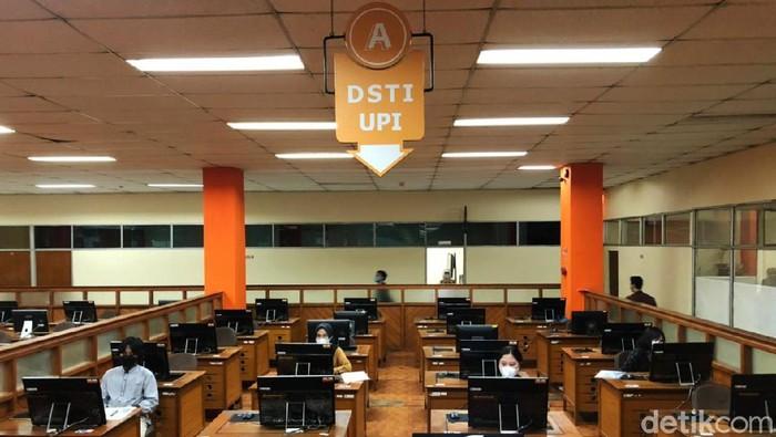 UPI Bandung menggelar Ujian Tertulis Berbasis Komputer (UTBK) SBMPTN 2021 gelombang II. UTBK berlangsung dengan protokol kesehatan ketat.
