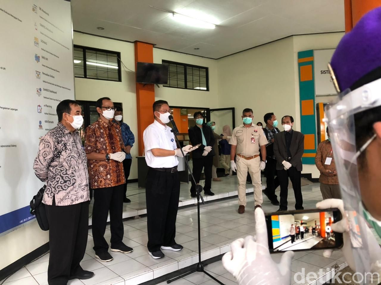 (kemeja putih) Ketua Pelaksana Eksekutif Lembaga Tes Masuk Perguruan Tinggi (LTPMT) Prof. Dr. Budi Prasetyo Widyobroto)