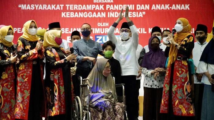 Wakil Ketua MPR RI Zulkifli Hasan menyantuni puluhan anak dhuafa dengan down syndrome di Surabaya, Jawa Timur. Hal ini dilakukan Ketua Umum PAN itu di sela-sela rangkaian safari Ramadan yang ia lakukan di Jawa Timur.