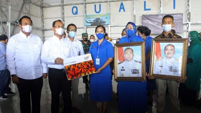 Keluarga korban kru KRI Nanggala-402 diberikan Program Tabungan Hari Tua (THT), Jaminan Kecelakaan Kerja (JKK) dan Beasiswa. Total santunan yang diberikan Rp 6,7 miliar.
