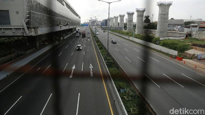 H-10 Lebaran, arus lalu lintas di Tol Cikampek, terpantau lengang, Minggu (02/05/2021). Tidak terdapat antrean kendaraan karena adanya larangan mudik.