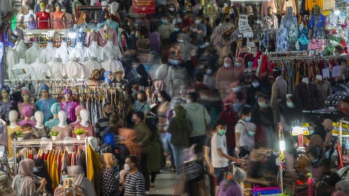 Gubernur DKI Jakarta Anies Baswedan (kanan) bersama Panglima Kodam Jaya Mayjen TNI Dudung Abdurachman (ketiga kiri) dan Kapolda Metro Jaya Muhammad Fadil Imran (kedua kanan) meninjau situasi di Pusat Grosir Pasar Tanah Abang, Jakarta Pusat, Minggu (2/5/2021). Anies mengakui adanya lonjakan pengunjung di pusat tekstil terbesar se-Asia Tenggara dari sekitar 35.000 pengunjung pada hari biasa menjadi sekitar 87.000 orang pada akhir pekan ini sehingga pihaknya menyiagakan sekitar 750 petugas untuk menjaga kedisiplinan protokol kesehatan untuk mencegah penularan COVID-19. ANTARA FOTO/Aditya Pradana Putra/foc.